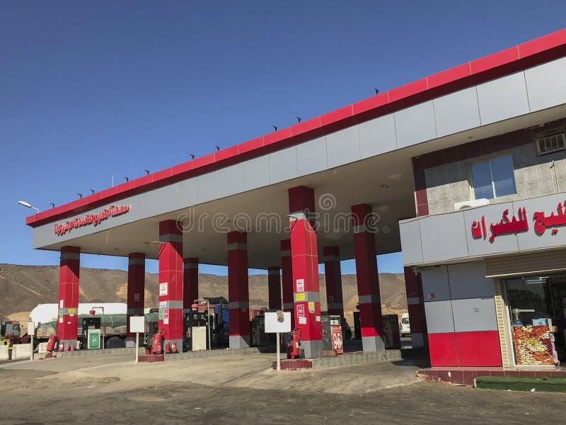 Al Khaleej在Makkah-Medinah高速公路,沙特阿拉伯的加油站全视图  免版税库存图片