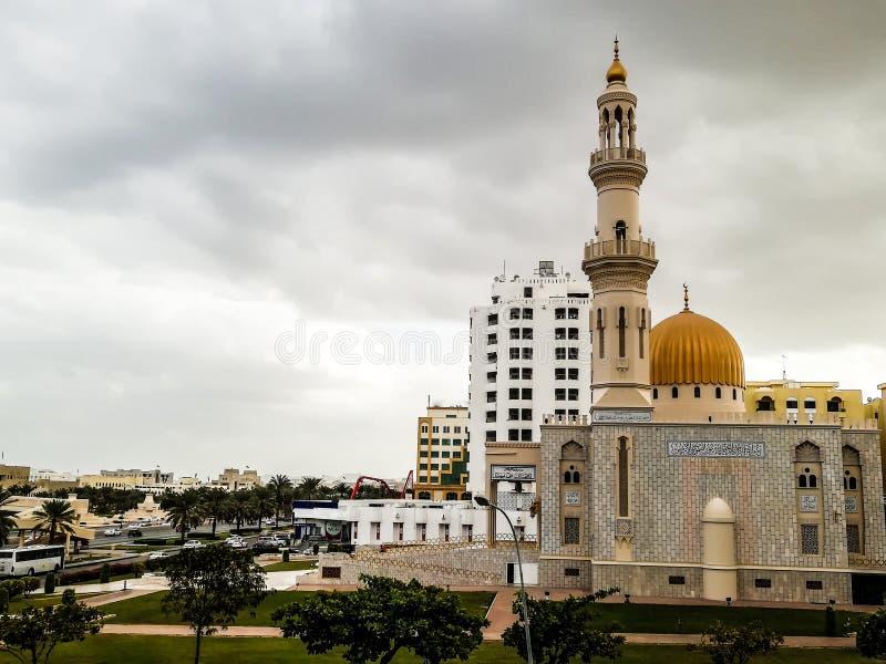 Al Khuwair Zawawi清真寺在马斯喀特主路前面的权利视图 库存照片