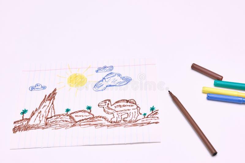 Al lado de los marcadores es un dibujo de los niños primitivos con un rotulador en un fondo blanco Desarrollo infantil fotografía de archivo libre de regalías
