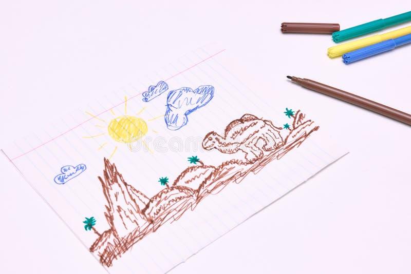 Al lado de los marcadores es un dibujo de los niños primitivos con un rotulador en un fondo blanco Desarrollo infantil foto de archivo