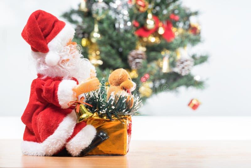 Al lado de Santa Claus y del árbol de navidad fotografía de archivo