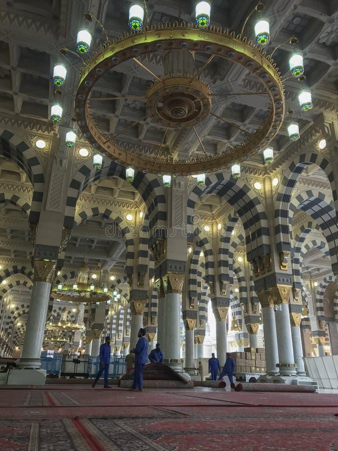 AL MADINA, SAUDI ARABIEN 25. MAI 2019: Arbeitskräfte räumen Innenraum von Moschee Masjid Nabawi Nabawi in Al Medina, Königreich d stockfotos