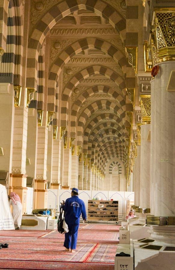 AL MADINAH, SAUDITA ARÁBIA 17 DE FEVEREIRO: Um trabalhador não identificado limpa fotos de stock royalty free