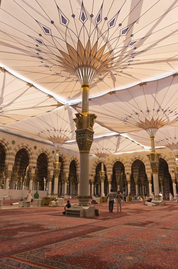 AL MADINAH, SAUDITA ARÁBIA 17 DE FEVEREIRO: Um trabalhador não identificado limpa imagem de stock royalty free