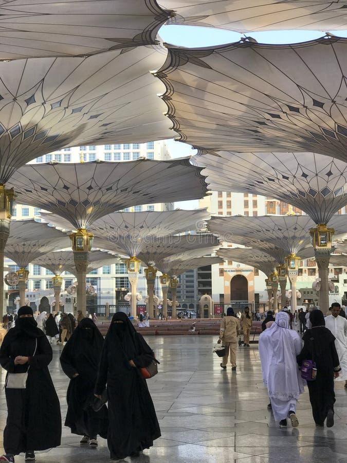 AL MADINAH, SAUDITA ARÁBIA 20 DE JANEIRO DE 2018: muçulmanos não identificados imagens de stock royalty free