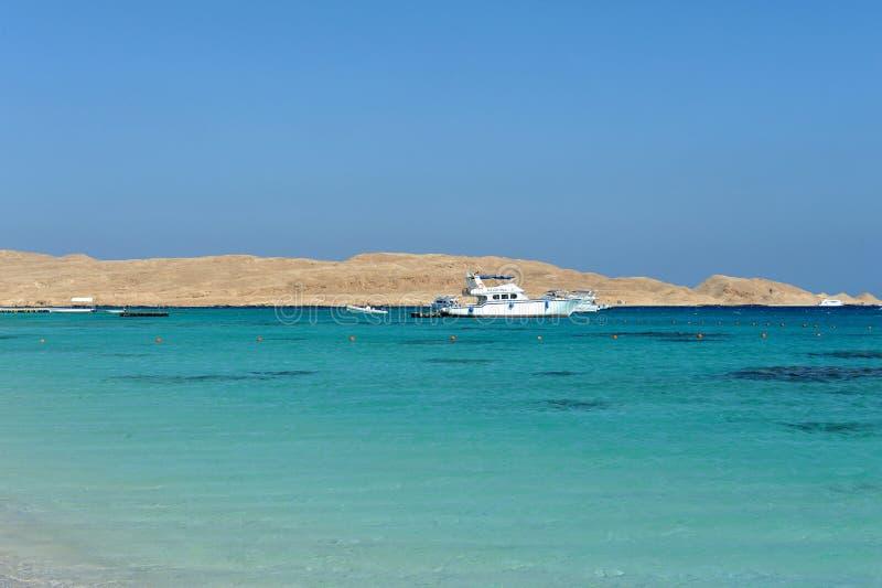 AL-MAHMYA ΝΗΣΊ, ΑΊΓΥΠΤΟΣ - 17 ΟΚΤΩΒΡΊΟΥ 2013: Al-Mahmya είναι ένα εθνικό πάρκο με την παραλία παραδείσου και το μεγάλο τουριστικό στοκ φωτογραφία με δικαίωμα ελεύθερης χρήσης