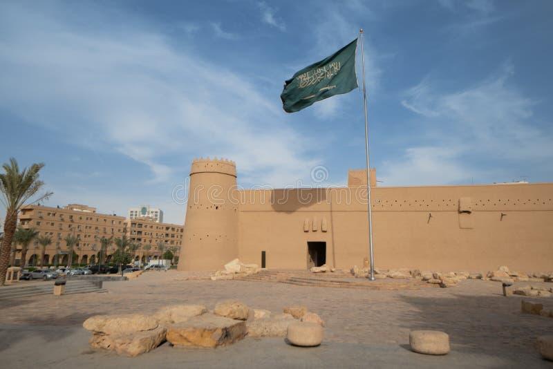 Al Masmak Fortress i Riyadh med saudierflaggan, Saudiarabien royaltyfria foton
