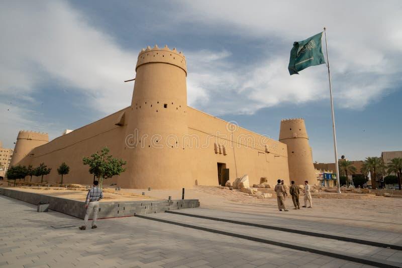 Al Masmak Fortress in Riyadh met Saoedi-arabische vlag, Saudi-Arabië royalty-vrije stock afbeeldingen