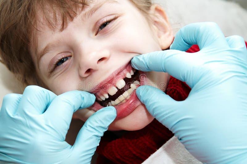 Al medico ortodontico dell'erba medica del dentista fotografie stock