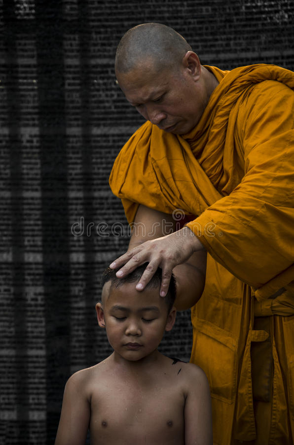 Al monje afeitó al muchacho budista imagen de archivo