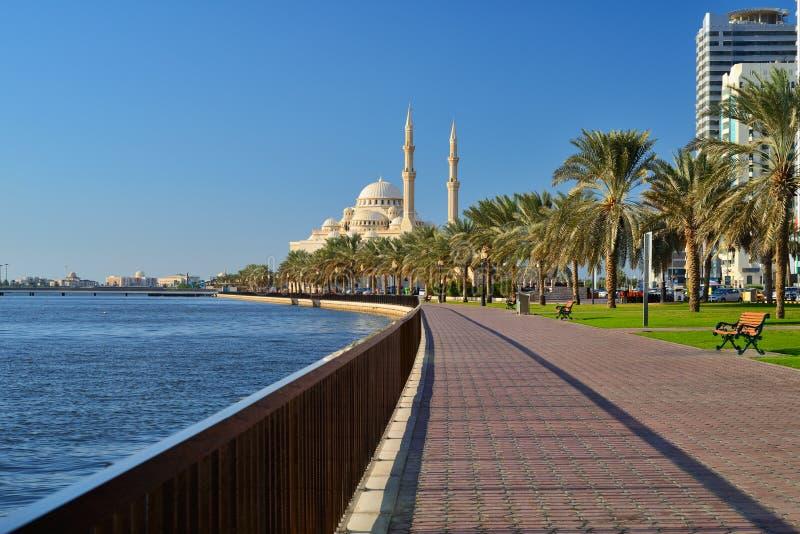 Al Noor moské, Al Buhaira corniche och skyscrspers i Sharjah arkivbilder