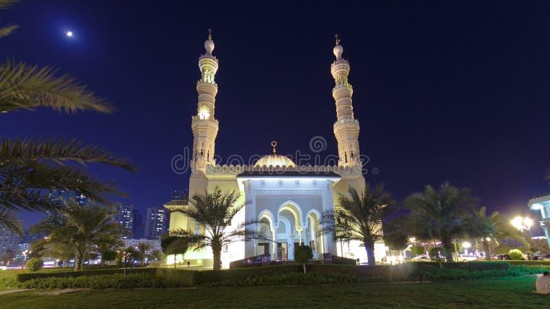 Al Noor Mosque i Sharjah på natttimelapsehyperlapse förenade arabiska emirates fotografering för bildbyråer
