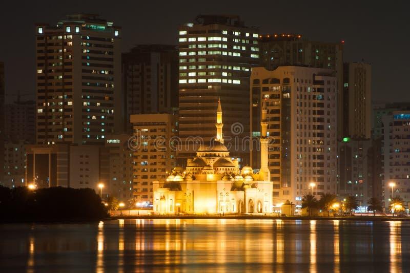 Al Noor Mosque på natten i Sharjah, UAE royaltyfria foton