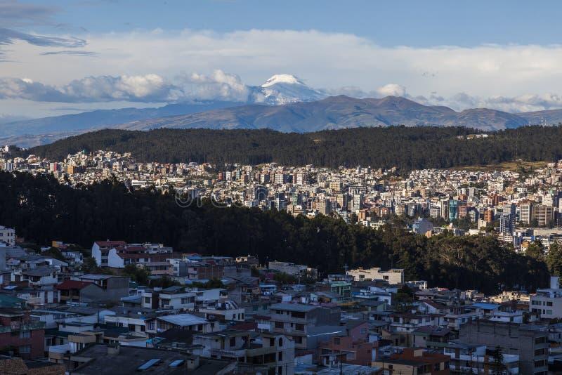 Al norte del área de Quito, con el volcán de Cayambe a la parte inferior fotos de archivo libres de regalías