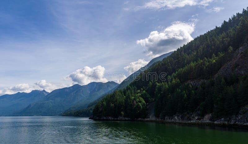 AL OESTE VANCOUVER, CANADÁ - 2 DE JUNIO DE 2019: opinión del paisaje de la mañana de herradura del verano de la bahía fotografía de archivo libre de regalías
