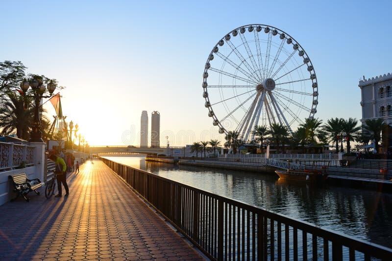 Al Qasba-Kanal und Auge der Emirate drehen herein Scharjah lizenzfreie stockfotos