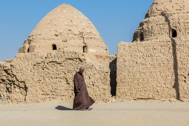 Al Qasr, oasis de Dakhla, Egypte Homme local dans la robe masculine nationale image stock