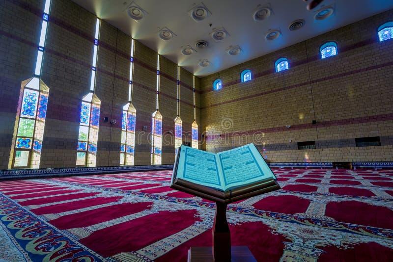 Al Quran innerhalb des Masjid mit natürlichem Licht stockbild