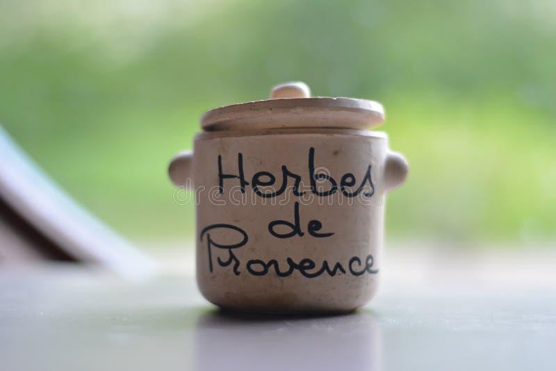 Al sur del tarro Herbes de Provence de la hierba de Francia imagenes de archivo