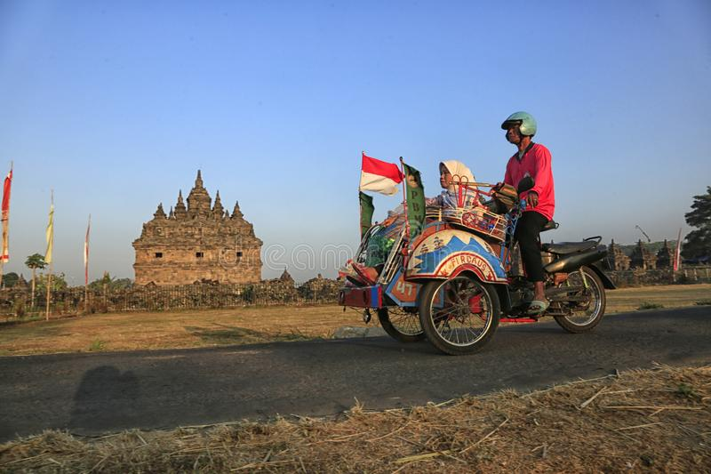 Al trabajo por el pedicab motorizado foto de archivo libre de regalías
