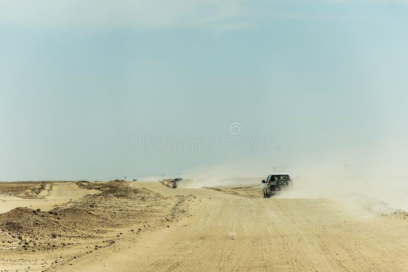 Al tradicional Khali 2 de la frotación del desierto de Omán Ubar de los turistas de Safari Dune Bashing de los jeeps fotografía de archivo