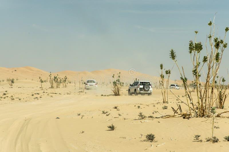 Al tradicional Khali 6 de la frotación del desierto de Omán Ubar de los turistas de Safari Dune Bashing de los jeeps fotografía de archivo