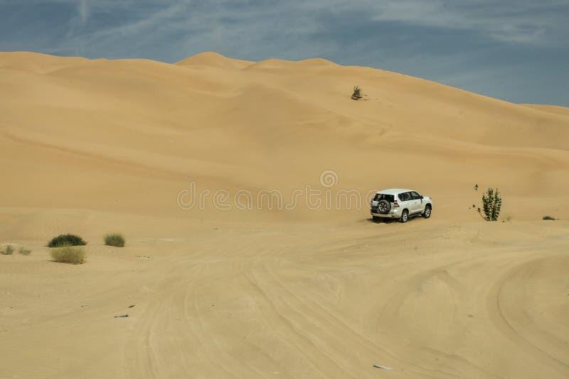 Al tradicional Khali 9 de la frotación del desierto de Omán Ubar de los turistas de Safari Dune Bashing de los jeeps foto de archivo libre de regalías