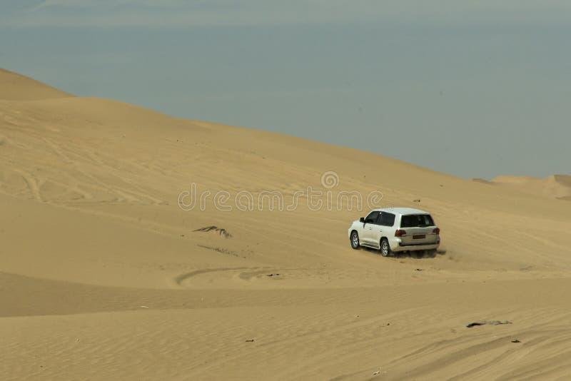 Al tradicional Khali 10 de la frotación del desierto de Omán Ubar de los turistas de Safari Dune Bashing de los jeeps imagen de archivo