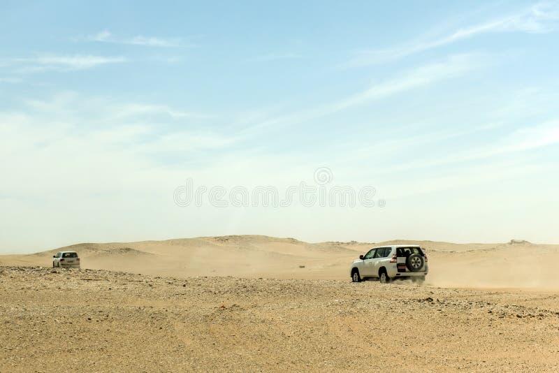 Al tradicional Khali de la frotación del desierto de Omán Ubar de los turistas de Safari Dune Bashing de los jeeps imágenes de archivo libres de regalías