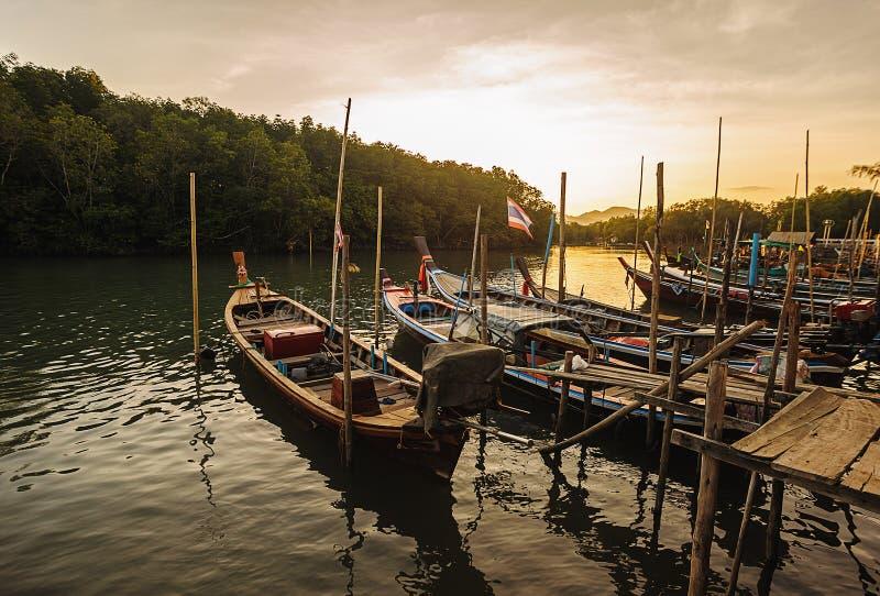Al vissersboot in het overzees met kleur van zonlicht royalty-vrije stock fotografie