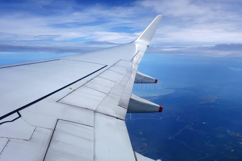 Ala de un aeroplano en el cielo azul imagenes de archivo