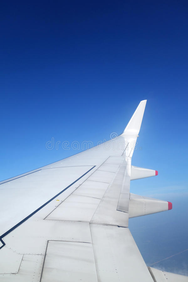Ala de un aeroplano en el cielo azul imagen de archivo libre de regalías