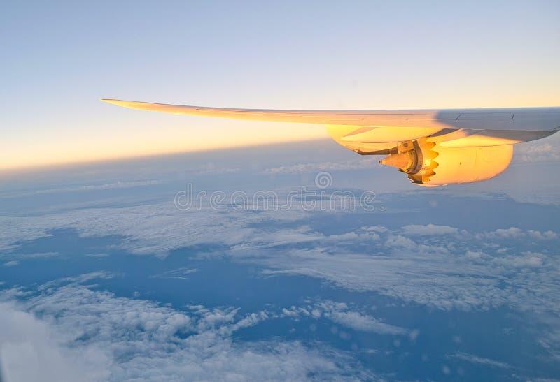 Ala de un avión con el motor a reacción fotos de archivo
