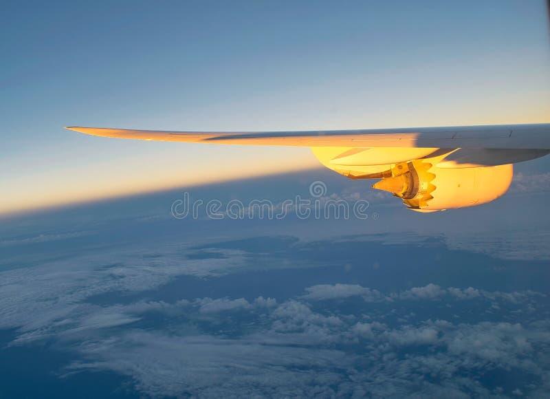 Ala de un avión con el motor a reacción imágenes de archivo libres de regalías