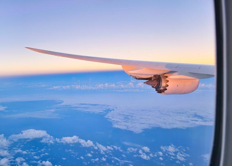 Ala de un avión con el motor a reacción fotografía de archivo libre de regalías