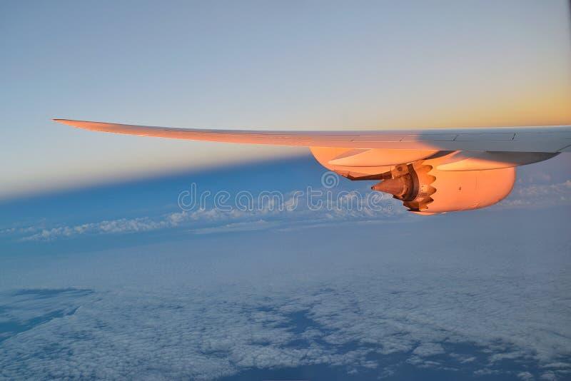 Ala de un avión con el motor a reacción fotos de archivo libres de regalías