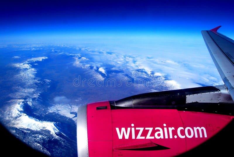 Ala de un avión de pasajeros sobre las montañas fotos de archivo libres de regalías