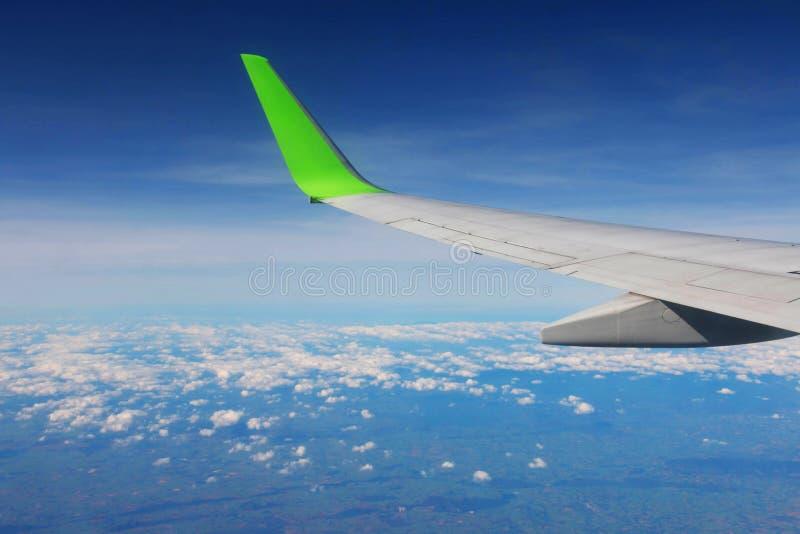 Ala del aeroplano en cielo imagenes de archivo