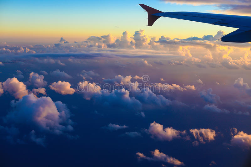 Ala del aeroplano en el fondo del cielo de la puesta del sol sobre Tel Aviv fotografía de archivo libre de regalías