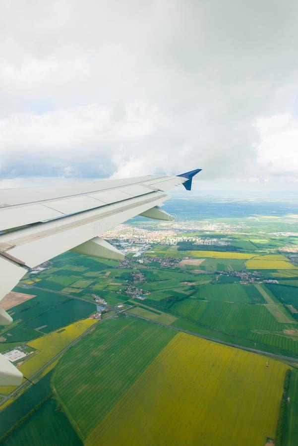 Download Ala Del Aeroplano Hacia Fuera Imagen de archivo - Imagen de vigas, fondo: 41913689