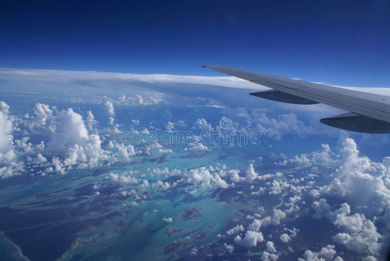 Ala del aeroplano sobre las nubes foto de archivo