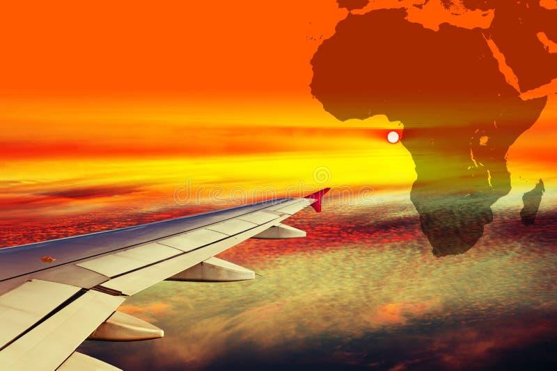 Ala del avión en la puesta del sol foto de archivo