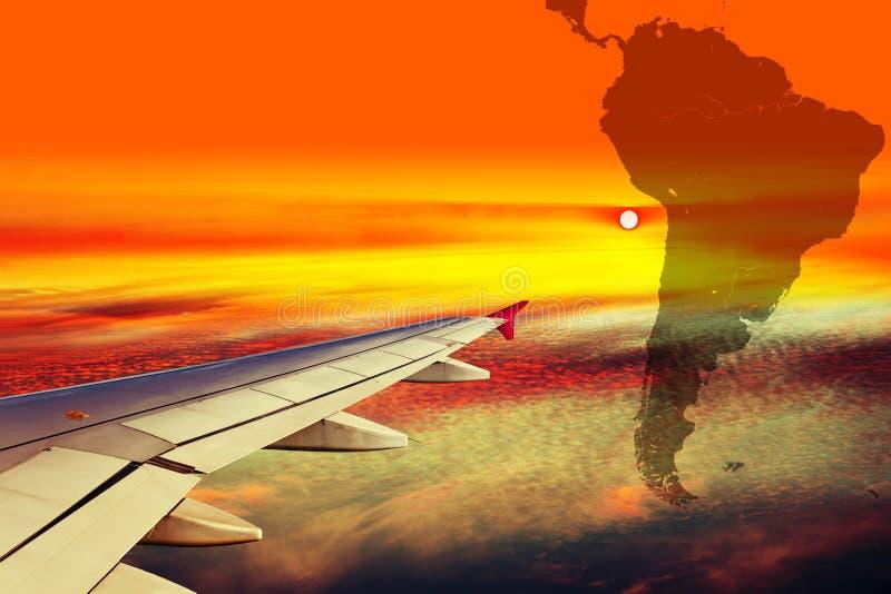 Ala del avión en la puesta del sol imagen de archivo