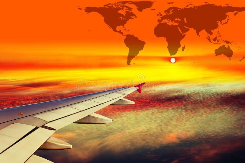 Ala del avión en la puesta del sol foto de archivo libre de regalías