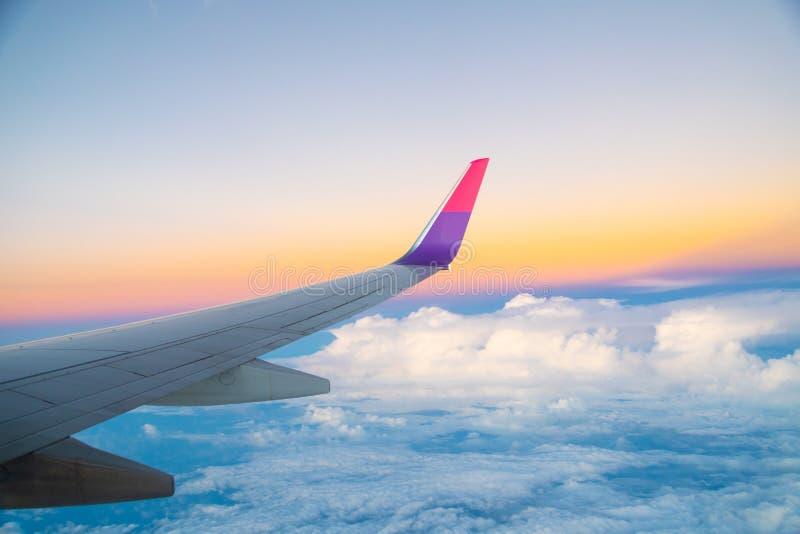 Ala del avión en vuelo desde la ventana, imagen de archivo libre de regalías
