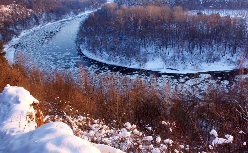 Ala del fiume nell'orario invernale con neve e ghiaccio immagine stock libera da diritti