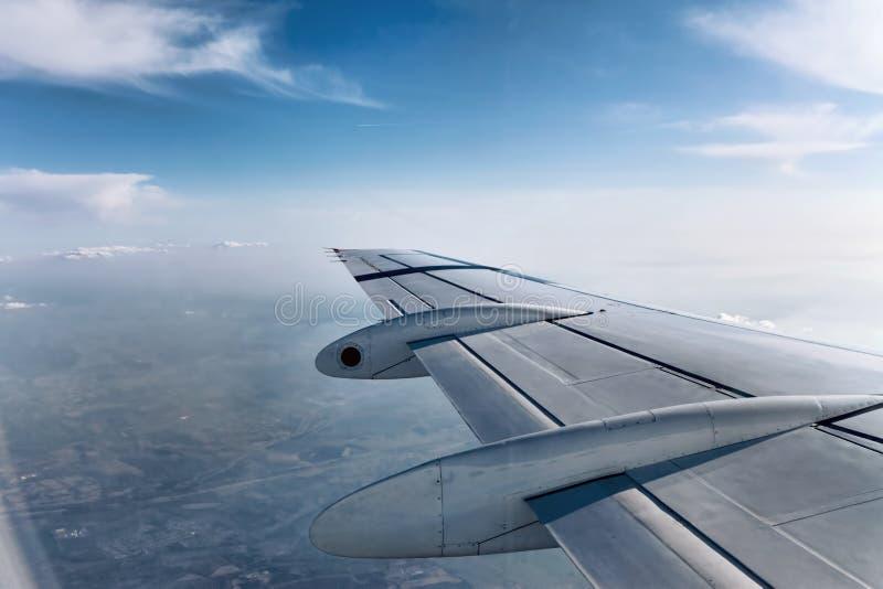 Ala dell'aeroplano durante il volo fotografie stock libere da diritti