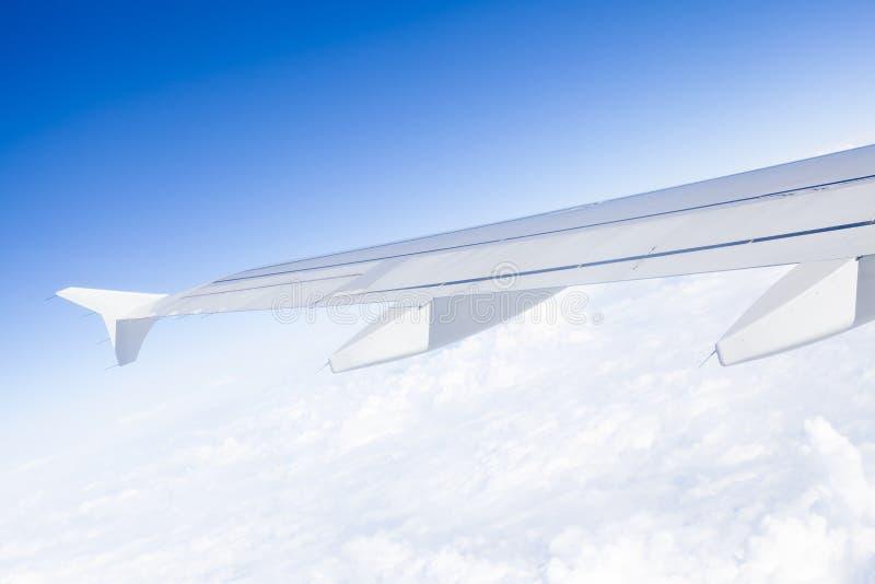 Ala dell'aeroplano durante il volo fotografie stock