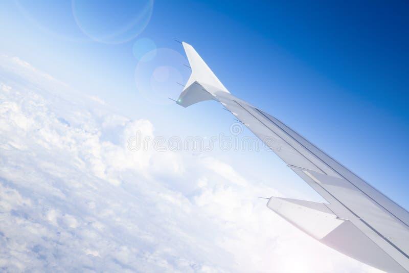 Ala dell'aeroplano durante il volo fotografia stock