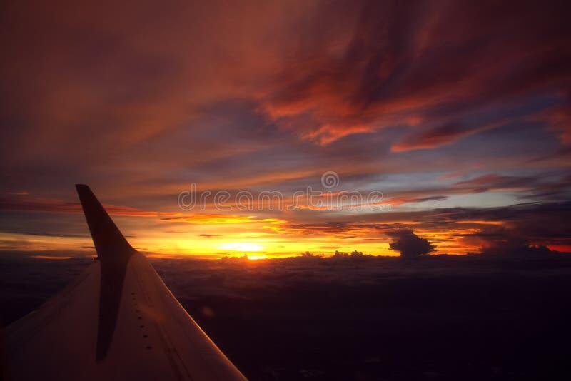 ala dell'aeroplano sopra la nuvola ed il tramonto immagini stock libere da diritti